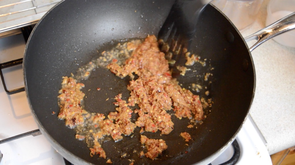 Frying the stir fry paste