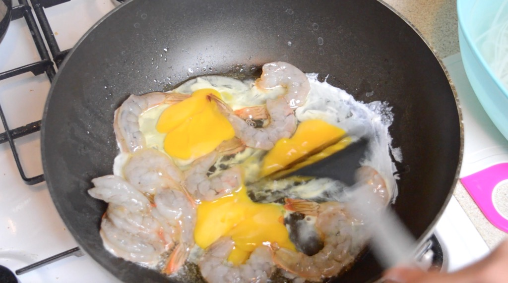 frying the shrimp and egg