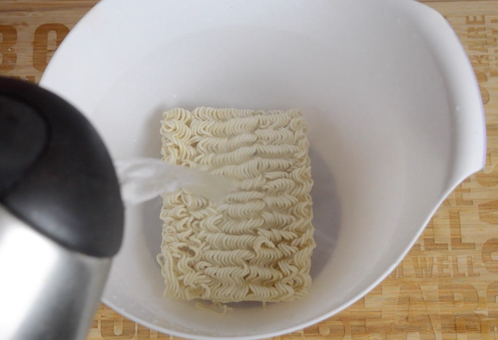 soaking the instant noodles
