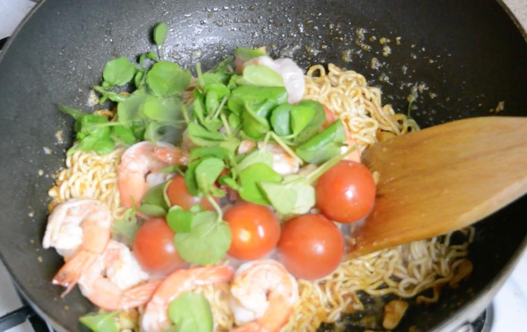 thai stir fried instant noodles