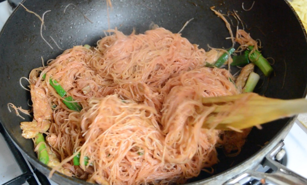 frying the vermicelli noodles
